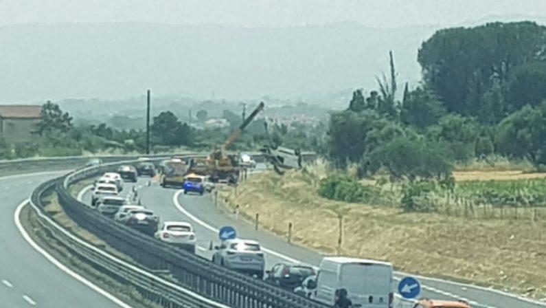 Furgone si ribalta sull'autostrada dopo l'esplosione di una ruota, ferito il conducente