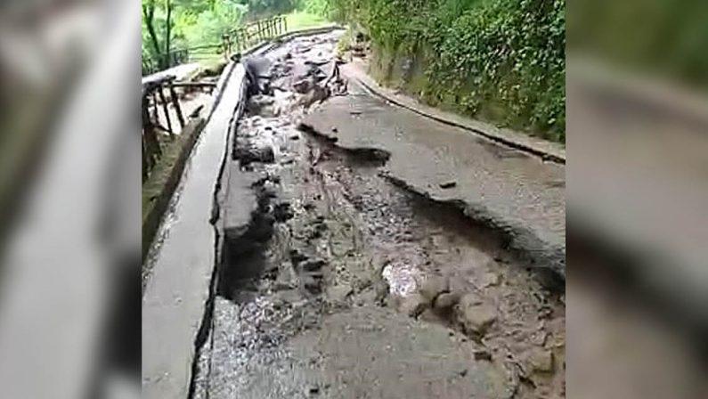 Scilla, una frana distrugge la strada delle Grotte di Tremusa