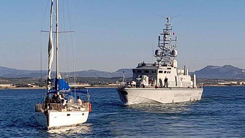 Peschereccio con 329 migranti al largo di Roccella, saranno fatti sbarcare a Crotone