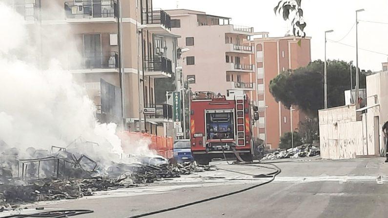Reggio Calabria, in fiamme rifiuti accatastati nel quartiere Ciccarello