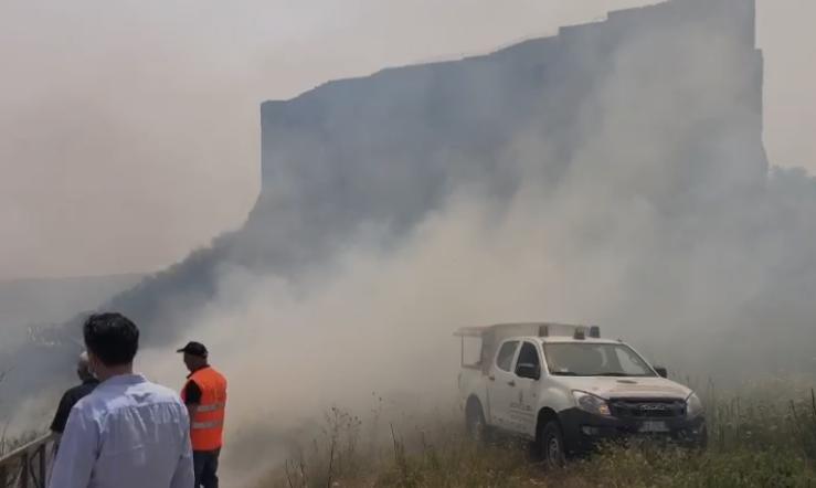 Incendio nei pressi del Castello e del Museo di Vibo, evacuate abitazioni