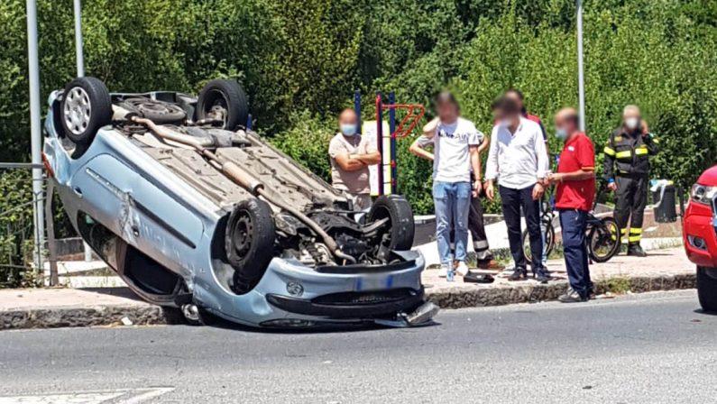 Incidente stradale a Cosenza, si ribalta un'auto: un ferito