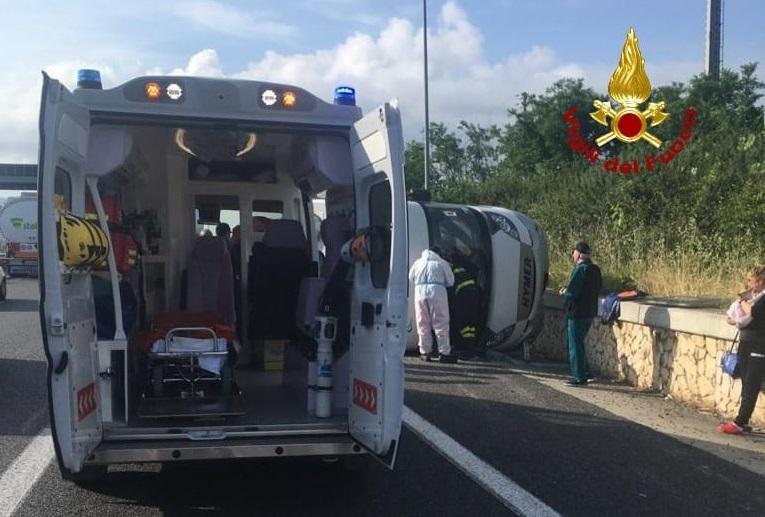 Camper si ribalta in un incidente in autostrada a Lamezia, estratta una donna in gravidanza