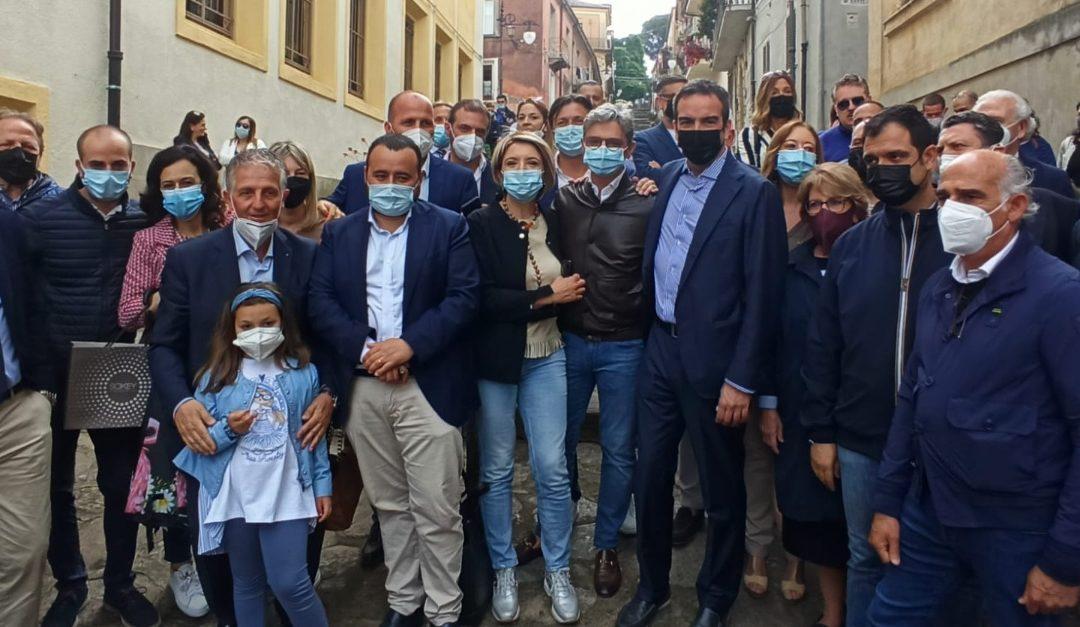 Occhiuto insieme al sindaco Maria Limardo e altri amministratori del centrodestra all'incontro a Vibo