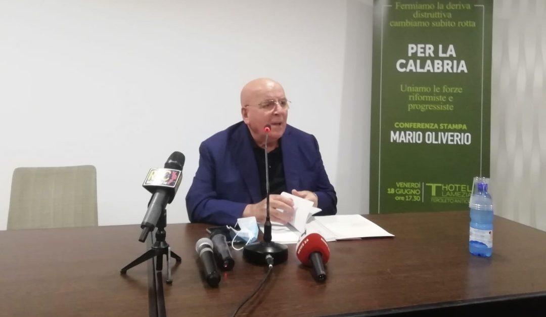 Mario Oliverio durante la conferenza stampa