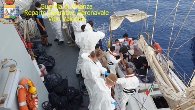 Ventotto migranti sbarcati al porto di Crotone, presi due presunti scafisti