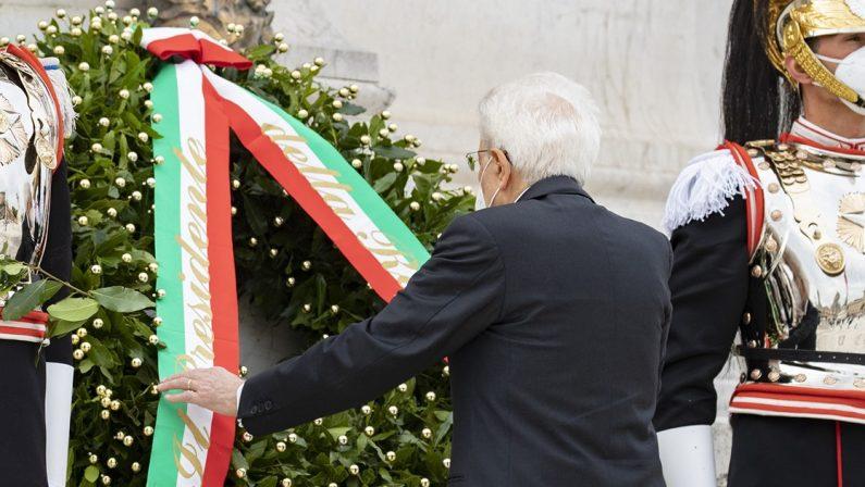2 Giugno, Mattarella all'Altare della Patria: «Siamo grati a chi ha difeso la Repubblica»