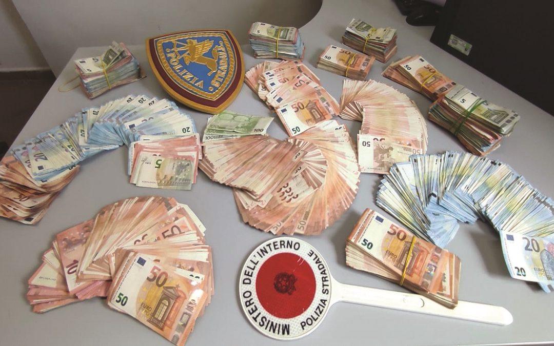 Parte dei soldi trovati sul camion e sequestrati