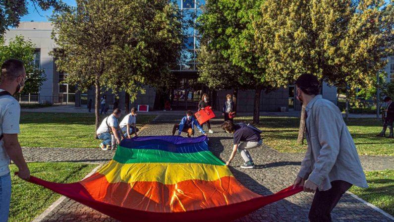 Rende, il Comune si illumina con i colori dell'arcobaleno per i diritti della comunità Lgbt