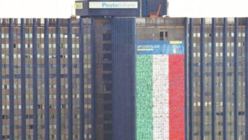 Il volto del portalettere reggino nel maxi bandierone di Poste Italiane