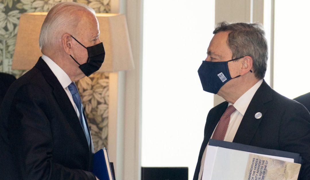 Joe Biden con Mario Draghi in Cornovaglia