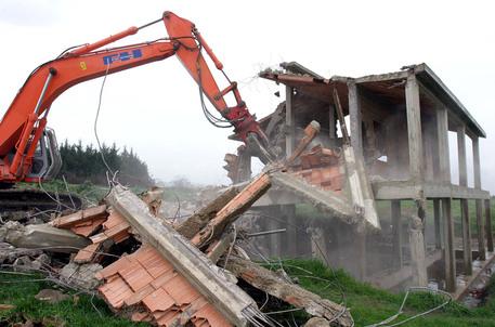 Campania disastro, in 16 anni abbattute solo il 19,6% delle costruzioni abusive