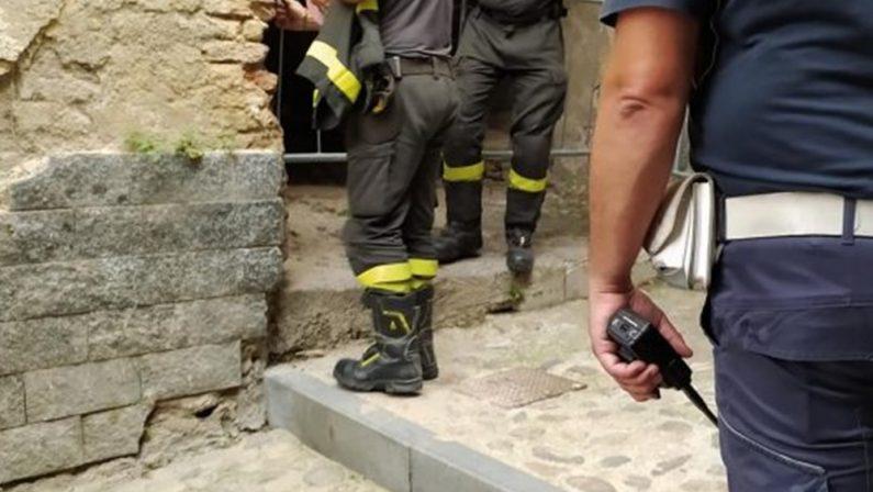 Cosenza, la città vecchia continua a sgretolarsi: cede un solaio in via Casini