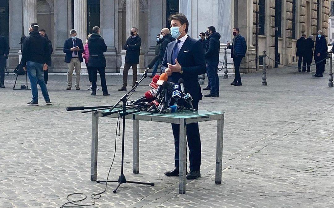 La conferenza stampa di Giuseppe Conte all'esterno di Palazzo Chigi