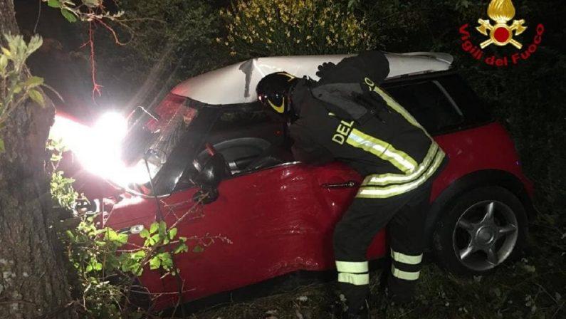 Incidente ad Avigliano, auto finisce contro un albero nei pressi del cimitero: un ferito