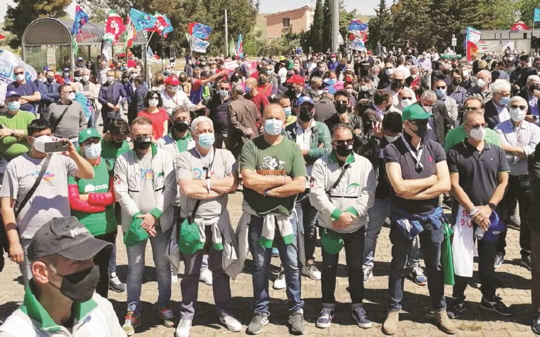 La manifestazione unitaria dei sindacati lo scorso 22 maggio davanti ai cancelli di Melfi