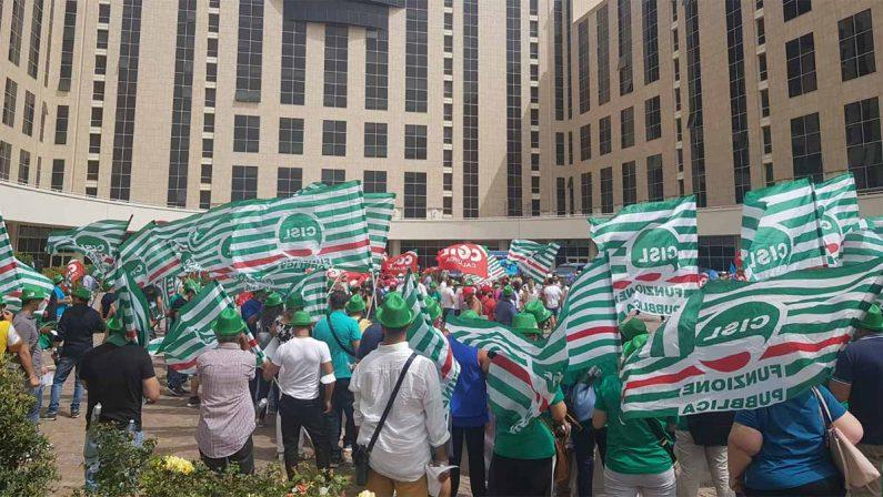 Sanità, sit-in dei sindacati alla Cittadella regionale: Dopo la protesta, firmato un accordo con Longo - FOTO