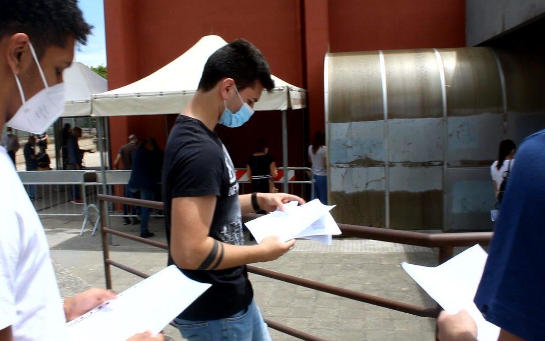 Giovani in fila per il vaccino a Cosenza