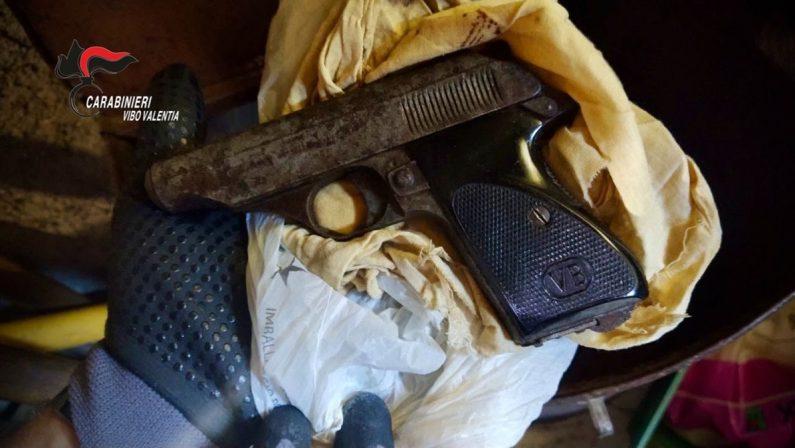 Pistola pronta all'uso nascosta in un casolare, arrestato 57enne di Nicotera - Video