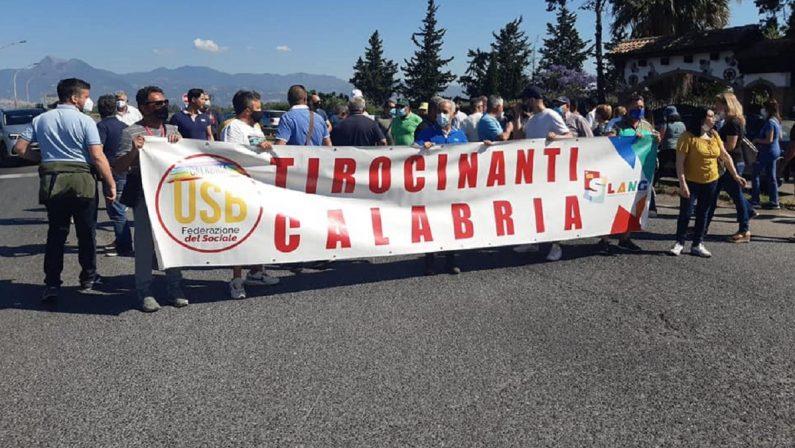 Nuova protesta dei tirocinanti nel Cosentino: bloccata la Statale 106