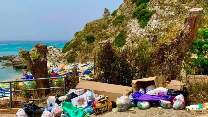 Grotticelle, il piazzale della spiaggia vibonese da sogno invaso dalla spazzatura