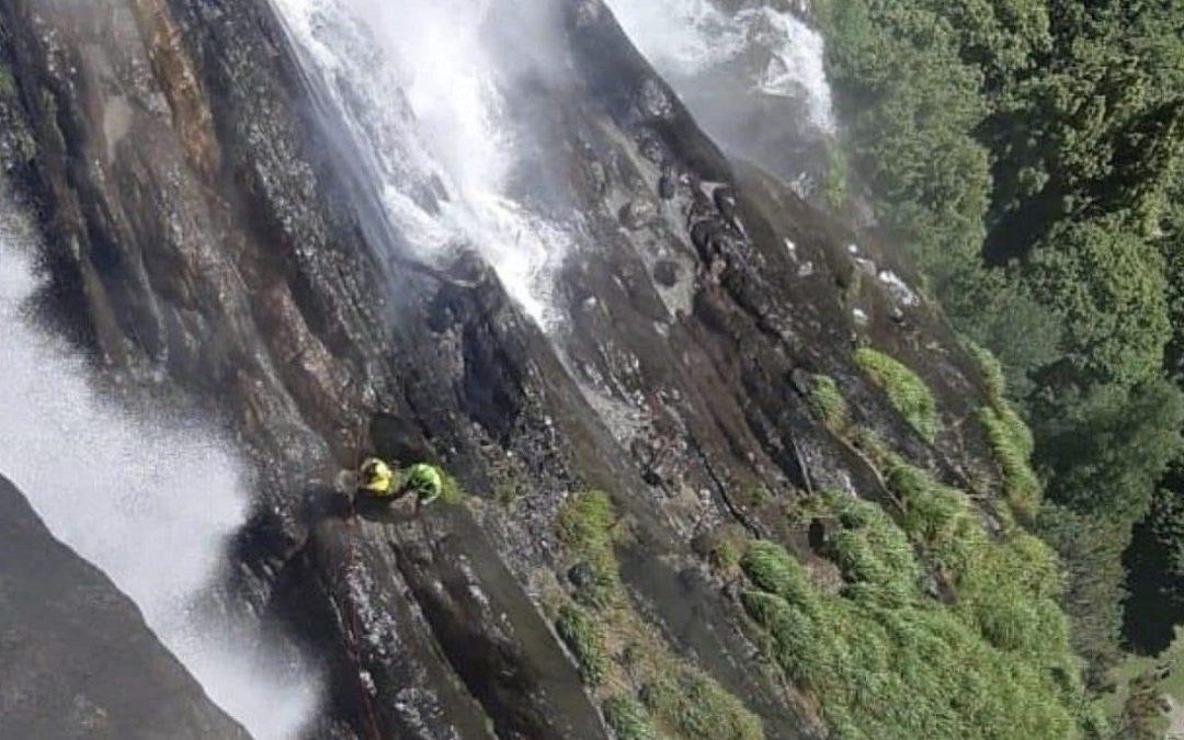 I soccorritori lungo la cascata