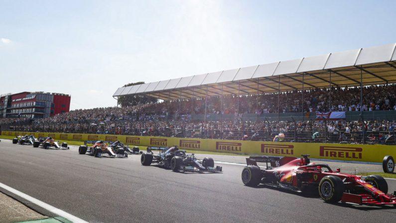 Formula 1, Hamilton vince a Silverstone e beffa Leclerc a 3 giri dall'arrivo