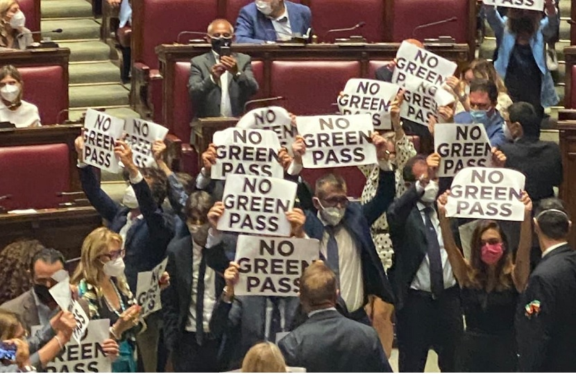 Bagarre sul Green pass alla Camera, seduta sospesa dopo protesta Fdi