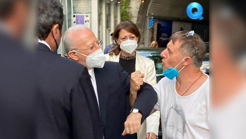 De Luca redarguisce il fan con mascherina abbassata in piazza a Ravello