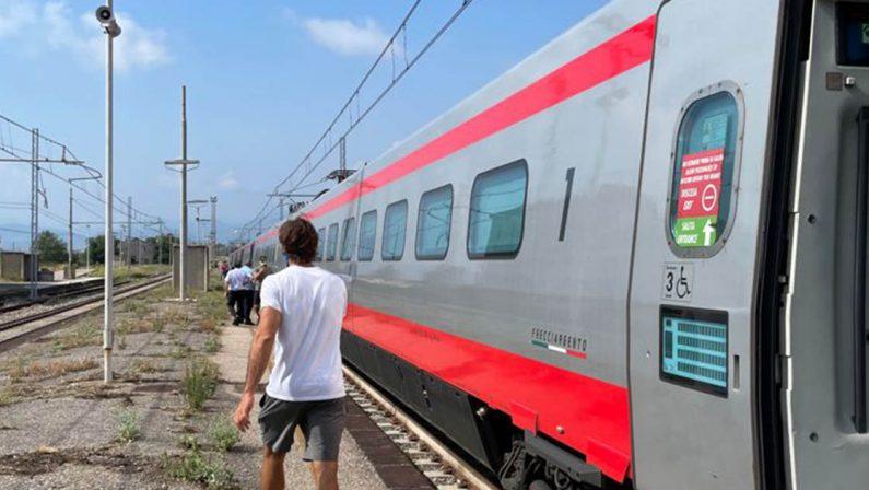 Guasto alla linea elettrica, 20 treni bloccati per ore nella tratta Salerno-Paola