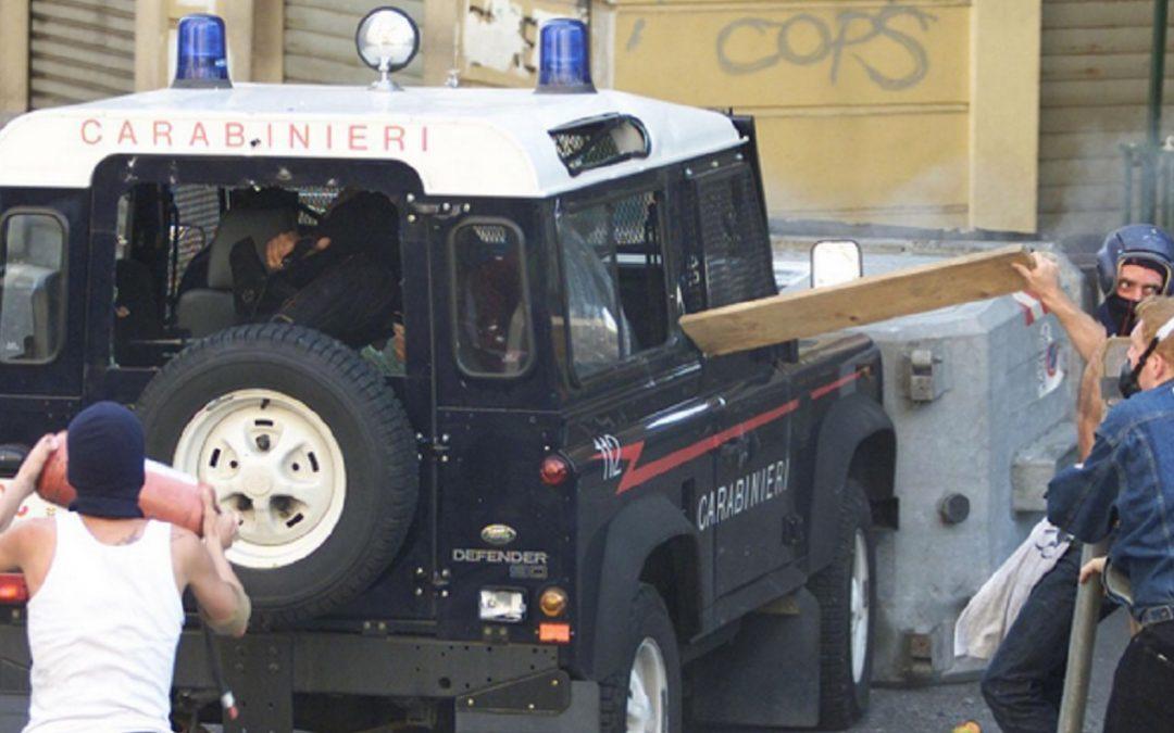 La foto simbolo del G8 di Genova con Carlo Giuliani e l'auto dei carabinieri con Mario Placanica