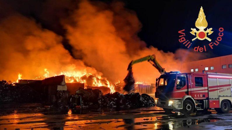 Imponente incendio nel centro stoccaggio rifiuti di Campo Calabro