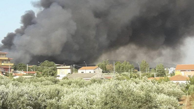 Incendi al campo rom, la Procura di Lamezia apre un'inchiesta sui fumi tossici