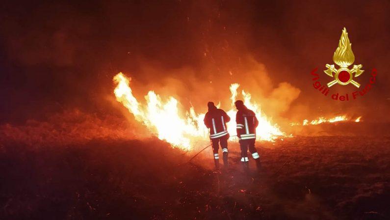 Protesta dei vigili del fuoco a Cosenza: «La Calabria bruciava e siamo stati lasciati soli»
