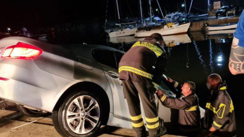 Restano in bilico con l'auto tra la banchina e il mare, li salvano i vigili del fuoco