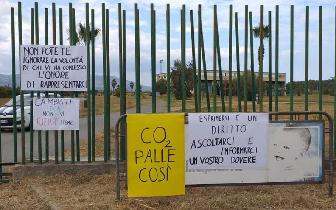"""Alcuni cartelli realizzati dal Comitato """"No all'Ecomostro"""""""