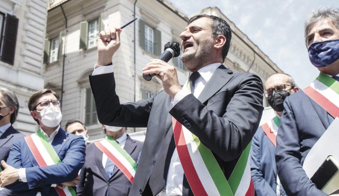 Antonio De Caro mostra la penna con la quale firma gli atti amministrativi