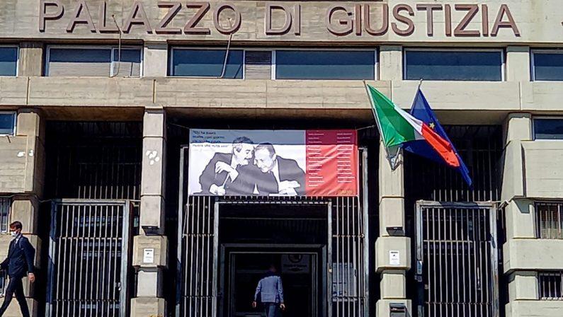 L'immagine di Falcone e Borsellino esposta all'ingresso del tribunale di Cosenza