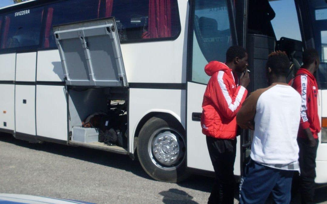 Un trasporto in autobus di migranti