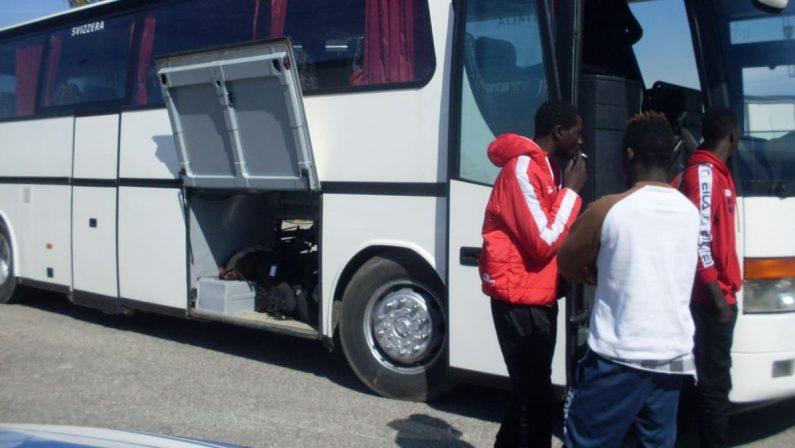 Migrante muore sotto il bus durante il trasporto al Cara