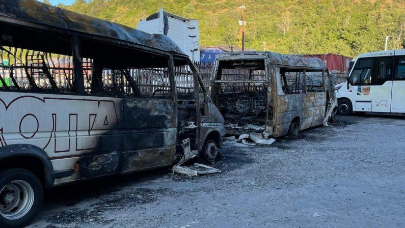 Raid nel deposito della ditta Trotta, due autobus distrutti dalle fiamme