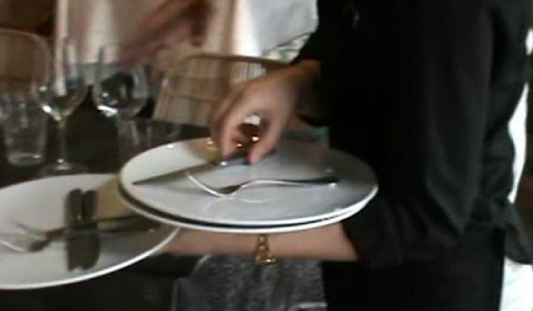 Covid, serve ai tavoli di un ristorante nel Cosentino sapendo di essere positiva
