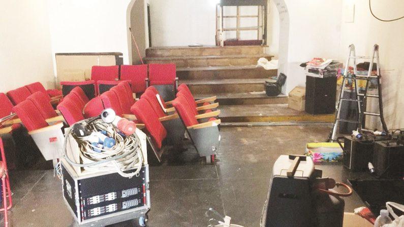 Chiude il teatro Franz a Cosenza, oggi la maschera è triste ma resta la magia di quel palco - FOTO