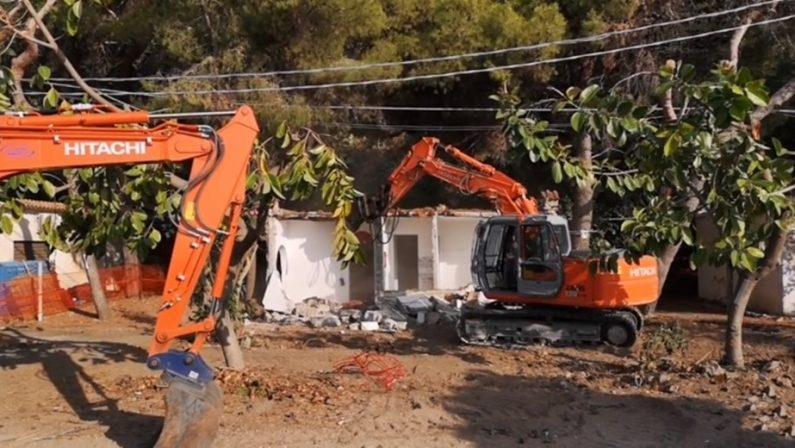 Abusivismo a Caminia di Stalettì, iniziata la demolizione delle villette
