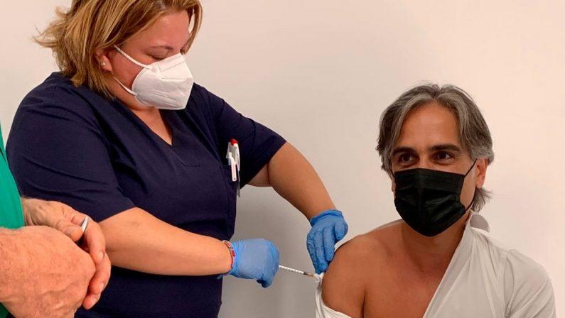 Falcomatà si vaccina: «Farlo è un dovere di tutti»