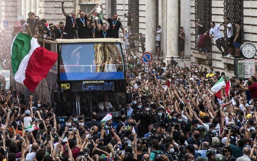 Il pullman scoperto nella Nazionale per le strade di Roma