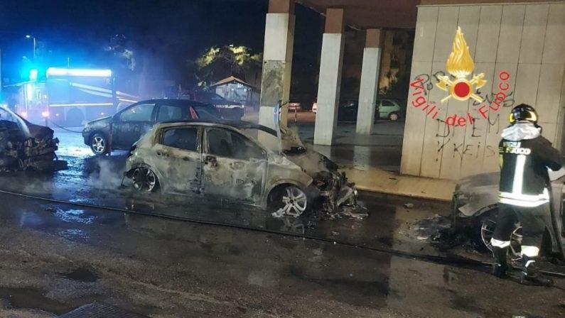 Notte di fuoco a Catanzaro, quattro auto distrutte da un incendio