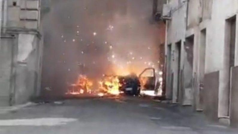 Spedizione punitiva a Rossano: prima il pestaggio poi l'incendio dell'auto con tre persone a bordo