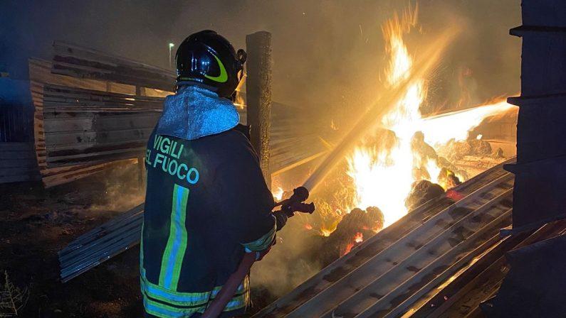Capannone in fiamme nella notte a Corigliano Rossano