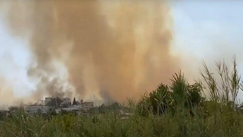 Rende, ancora un incendio a Sant'Agostino: fiamme a ridosso delle case - VIDEO